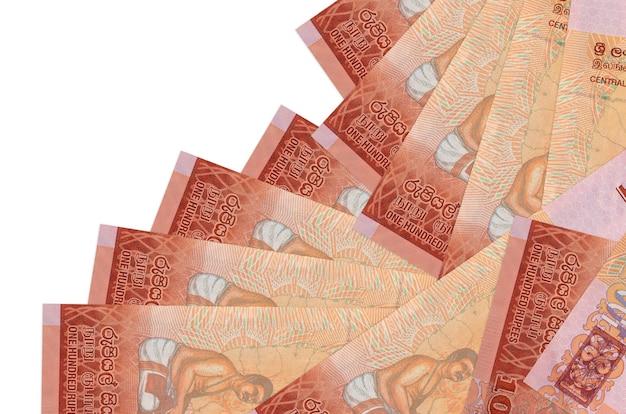 100 srilankische rupienscheine liegen in unterschiedlicher reihenfolge isoliert auf weiß. lokales bank- oder geldverdienungskonzept.