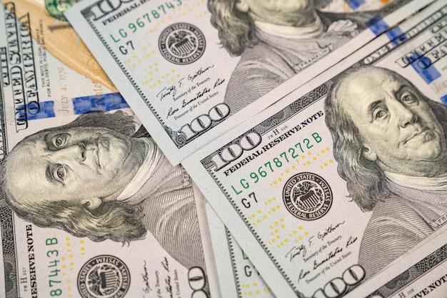 100 us-dollar. hintergrund von banknoten. das konzept der investitionen und ausgaben. steuern. glücksspiel und lotterien.