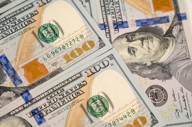 100 us-dollar. hintergrund von banknoten. das konzept der investitionen und ausgaben.