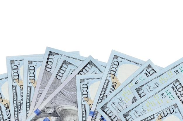 100 us-dollar-scheine liegen auf der unterseite des bildschirms, isoliert auf weißem hintergrund mit kopierraum