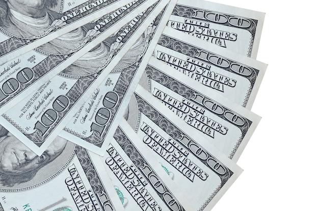 100 us-dollar-scheine liegen isoliert auf weißer wand mit in fächerform gestapeltem kopierraum in nahaufnahme. finanztransaktionskonzept