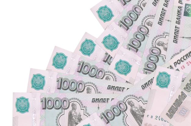 1000 russische rubel rechnungen liegen in unterschiedlicher reihenfolge isoliert auf weiß. lokales bank- oder geldverdienungskonzept.