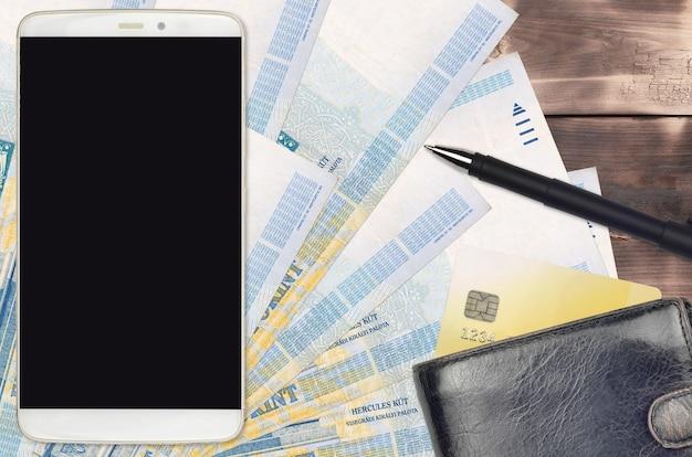 1000 ungarische forint-rechnungen und smartphone mit geldbörse und kreditkarte