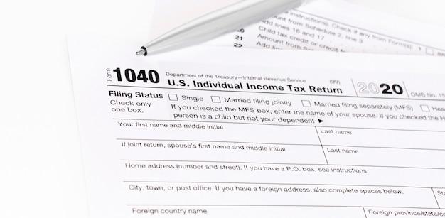 1040 steuerformular wird ausgefüllt.