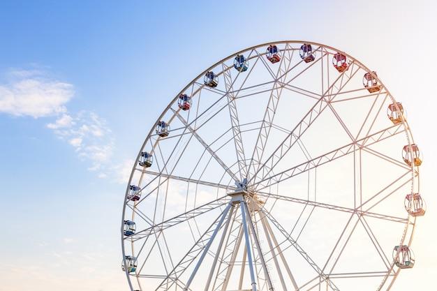 11. april 2019. moskau, russland: riesenrad gegen blauen himmel bei sonnenuntergang