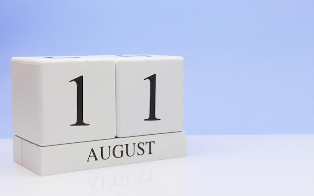 11. august tag 11 des monats, täglicher kalender auf weißer tabelle
