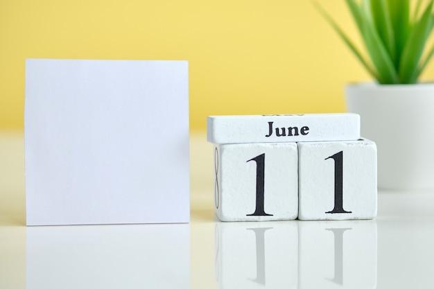11 elfter tag juni monat kalender konzept auf holzblöcken. speicherplatz kopieren.