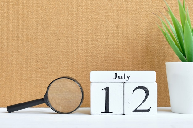 12. juli zwölfter tag monat kalenderkonzept auf holzklötzen.