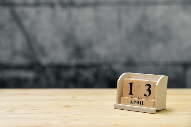 13. april hölzerner kalender auf hölzernem abstraktem hintergrund der weinlese.