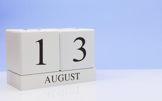 13. august tag 13 des monats, täglicher kalender auf weißer tabelle