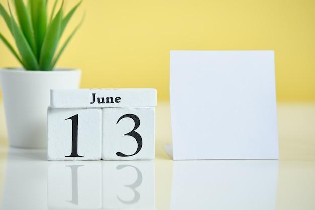 13 dreizehntes juni juni monatskalender-konzept auf holzblöcken. speicherplatz kopieren.