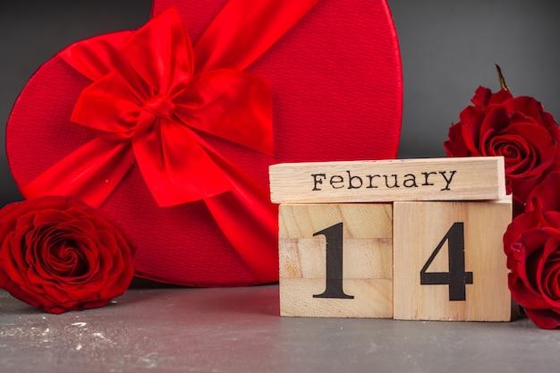 14. februar auf kalender und dekorationen zum valentinstag.