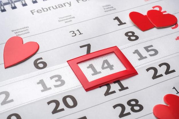 14. februar kalender. rote herzen des valentinstagkonzeptes