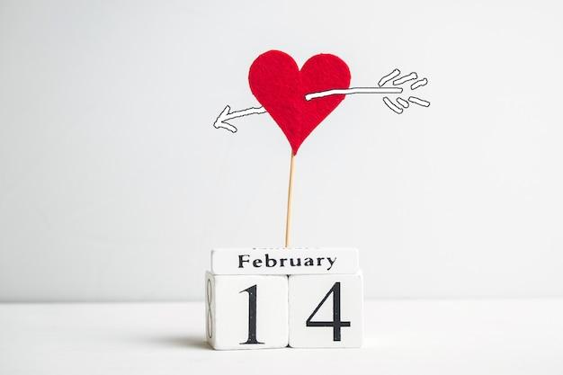 14. februar konzept mit herz auf stock und pfeil.