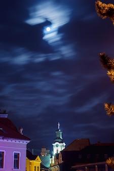 14. oktober 2016 innenstadtdach nacht uzhgorod ukraine straßenbeleuchtung