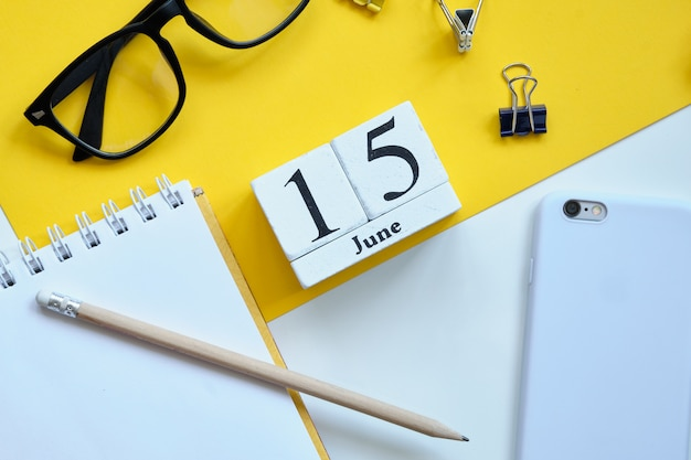 15 fünfzehnten tag juni monat kalender konzept auf holzblöcken.