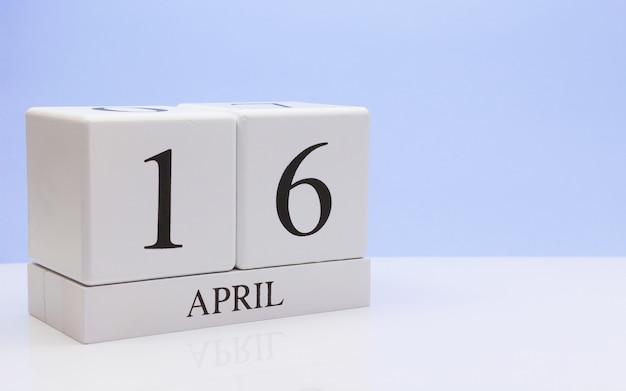 16. april tag 16 des monats, täglicher kalender auf weißer tabelle mit reflexion