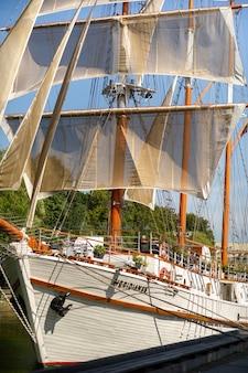 16. august 2017, klaipeda, litauen. großes schiff meridian in klaipeda mit segeln an einem sommertag auf dem fluss.