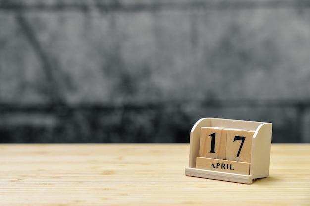 17. april hölzerner kalender auf hölzernem abstraktem hintergrund der weinlese.