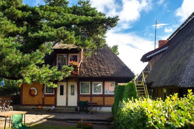 17. august 2017 pervalka-dorf, litauen, altes litauisches traditionelles holzhaus im dorf.