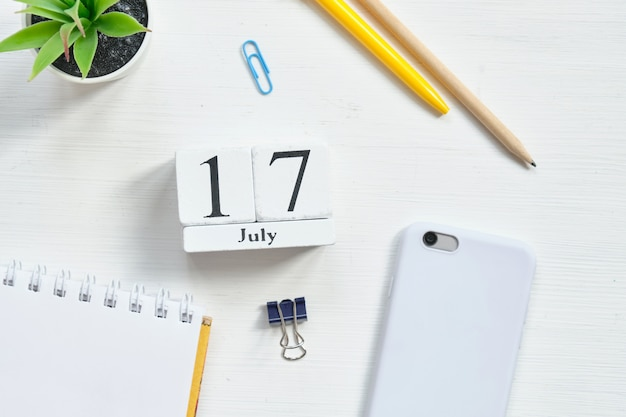17. juli 17. tag monat kalenderkonzept auf holzklötzen.