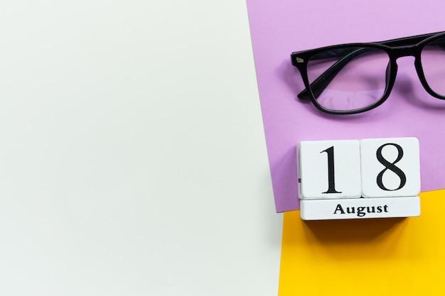 18. august 18. tag monat kalenderkonzept auf holzklötzen mit kopierraum