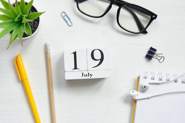 19. juli neunzehnten tag monat kalenderkonzept auf holzklötzen.
