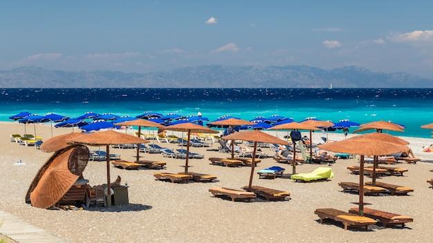 19. juni 2017. menschen am strand in rhodos-stadt. griechenland