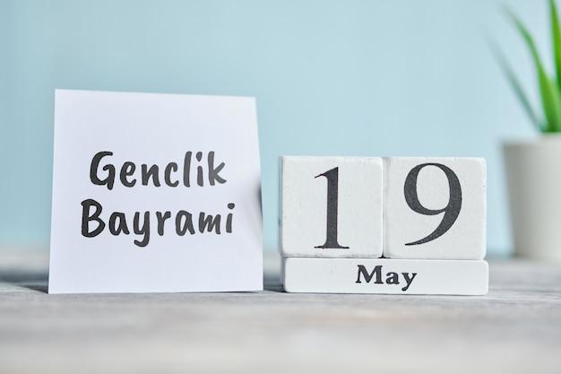 19 neunzehnten genclik bayrami tag mai monat kalenderkonzept auf holzblöcken.