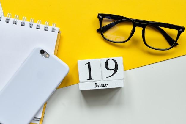 19 neunzehnten tag juni monat kalender konzept auf holzblöcken.