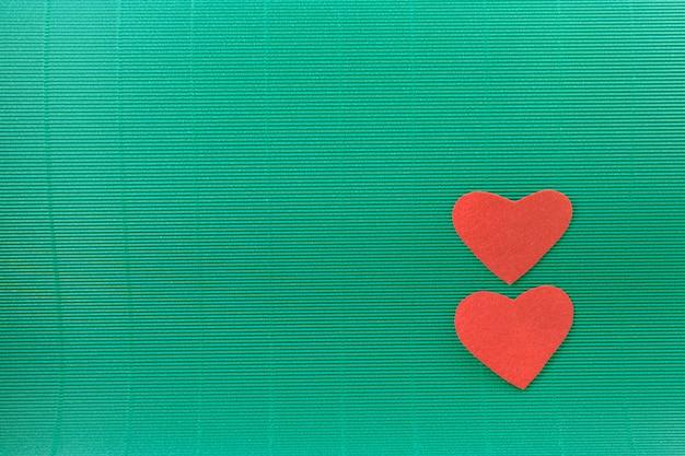 2 herzen mit grünem hintergrund, valentinsgrußkonzept
