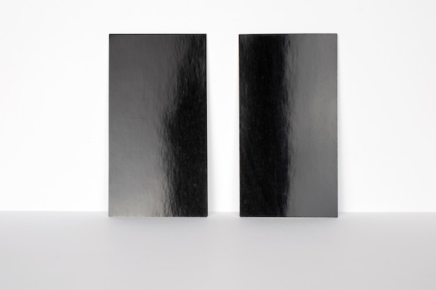 2 leere schwarze visitenkarten an der weißen wand, 3,5 x 2 zoll groß