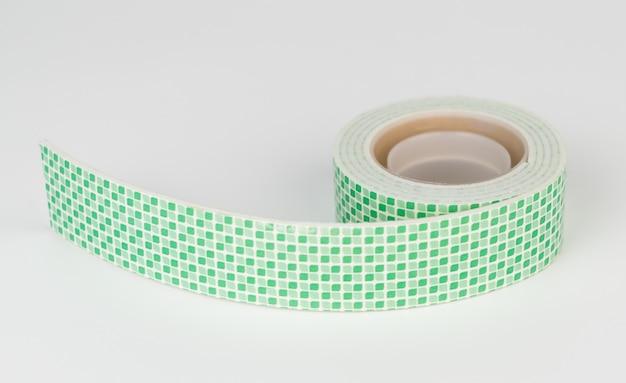 2 seitiges klebeband getrennt auf weißem hintergrund