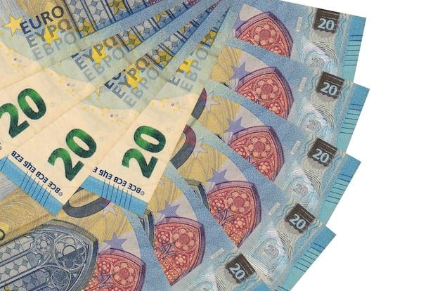 20 euro-scheine liegen isoliert auf weißem hintergrund mit in fächerform gestapeltem kopierraum in nahaufnahme