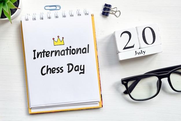 20. juli internationaler schachtag - kalenderkonzept des 20. tagesmonats auf holzklötzen.