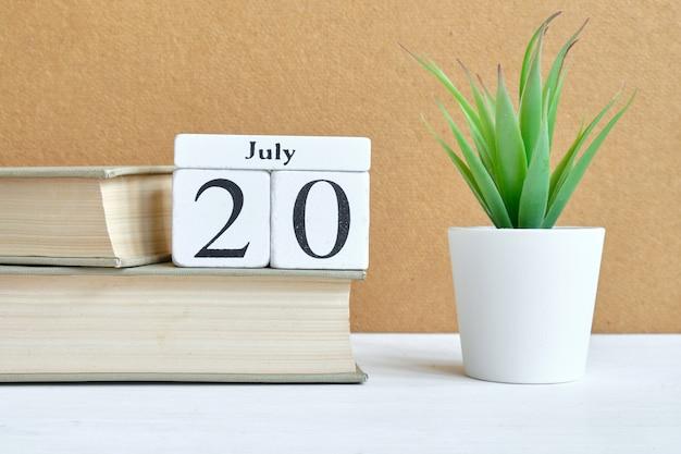 20. juli zwanzigsten tag monat kalenderkonzept auf holzklötzen.