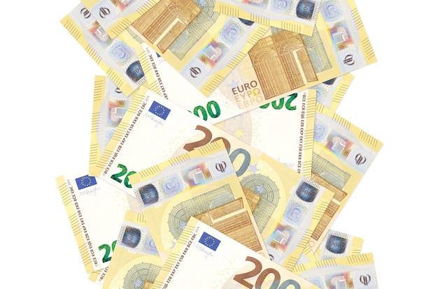 200 euro-scheine fliegen isoliert auf weiß herunter. viele banknoten fallen mit weißem kopierraum auf der linken und rechten seite