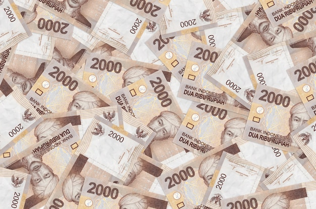2000 indonesische rupiah-scheine liegen auf einem großen haufen. . großer geldbetrag