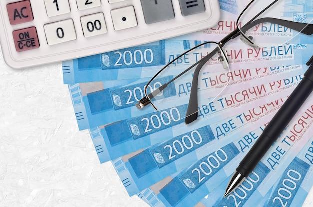 2000 russische rubel rechnungen fan und taschenrechner mit brille und stift