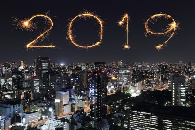 2019 frohes neues feuerwerk mit tokyo in der nacht, japan
