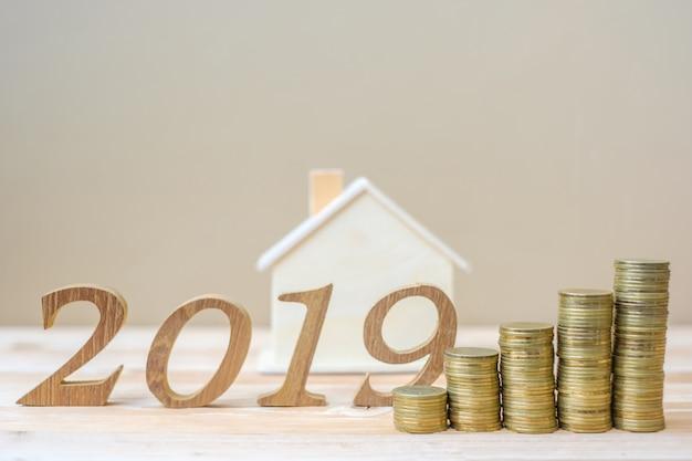2019 frohes neues jahr mit goldmünzen stapel und holz nummer
