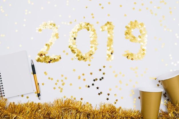2019 inschrift aus flitter mit leeren notizblock