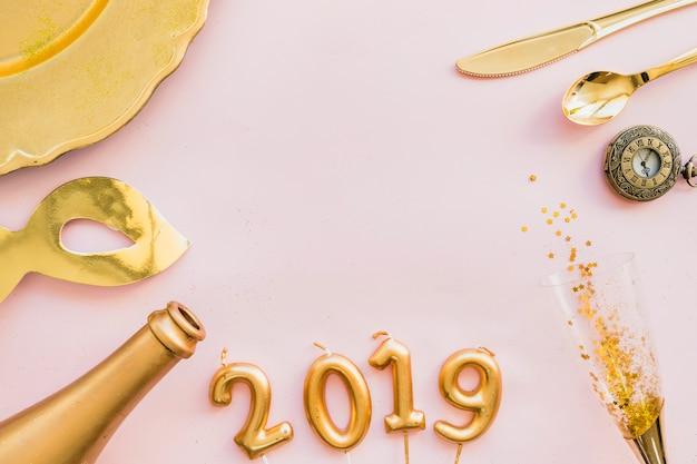 2019 inschrift aus kerzen mit flasche und glas