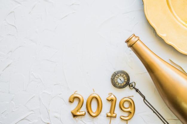 2019 inschrift aus kerzen mit flasche