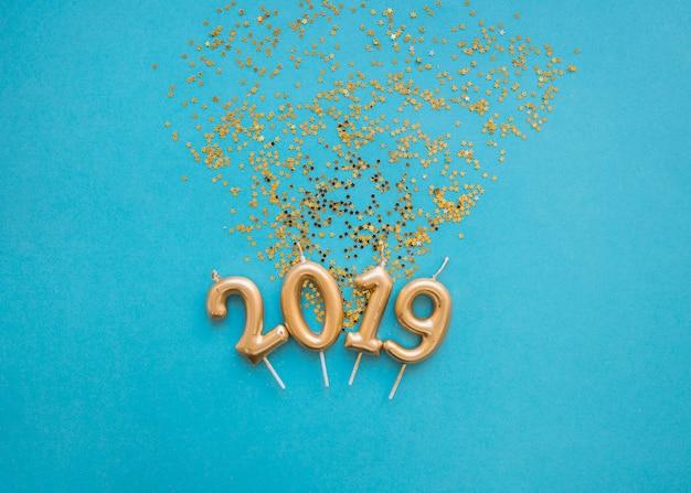 2019 inschrift aus kerzen mit pailletten