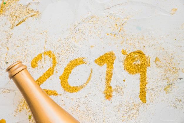 2019 inschrift aus pailletten auf dem tisch