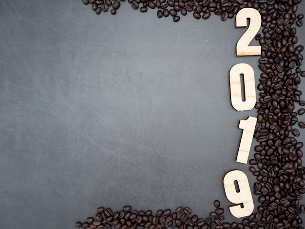 2019 kaffeebohnen auf dunklem hintergrund