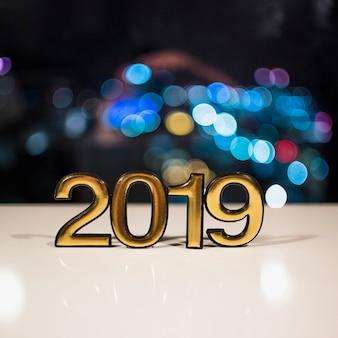 2019 zahlen auf weiße tafel