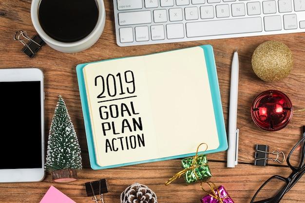 2019 ziel des neuen jahres, plan, aktionstext auf notizblock mit bürozubehör.