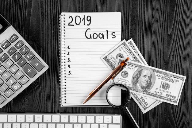 2019 ziele auf seinem notebook. neujahrsvorsätze konzept. ansicht von oben.